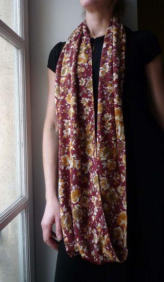 3332ca200093 Un chnood (cheche + snood) volumineux, à porter simplement autour du cou,  ou doublé. Maille de polyester. SERIE LIMITEE