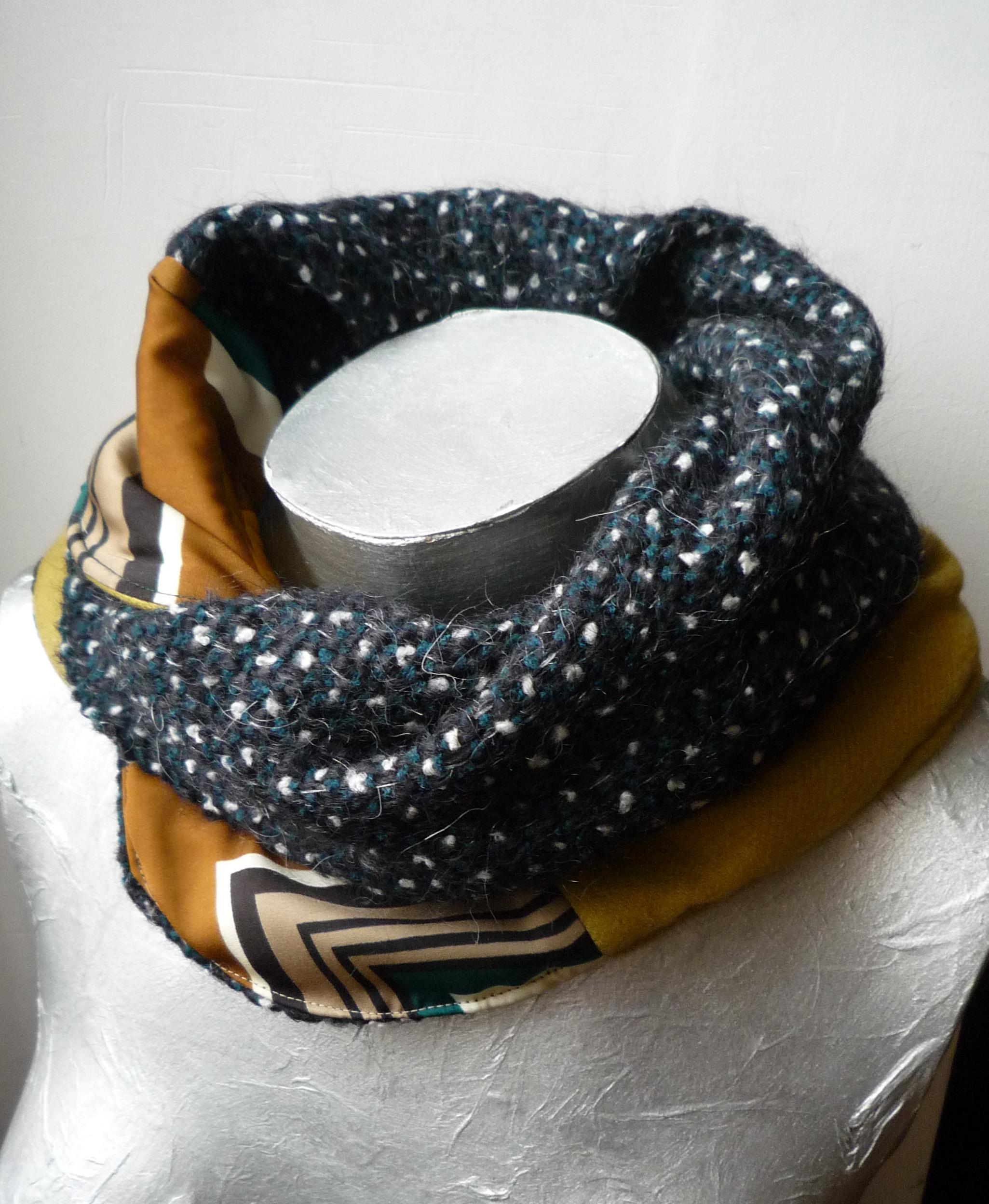Un cache-cou pour remplacer l écharpe. Réversible, un mélange de mohair de  laine d un côté, cachemire de l autre, avec empiècements en viscose. ca502f3924a